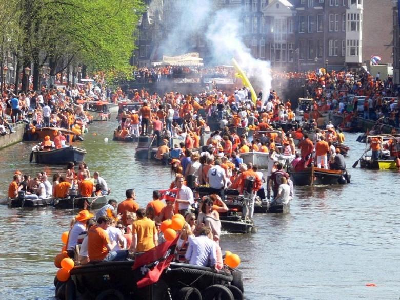 Sloep huren Koningsdag Amsterdamse grachten Boats4rent