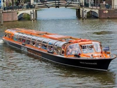Grachtenfahrt Amsterdam in einem grossen Touristenboot