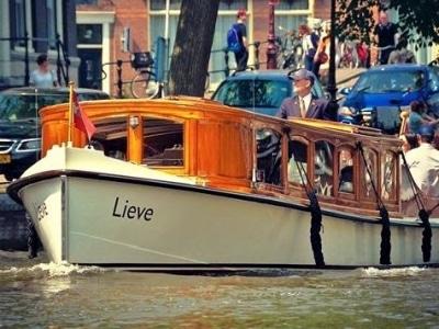 Salonboot Mieten für eine Luxus Private Grachtenfahrt in Amsterdam