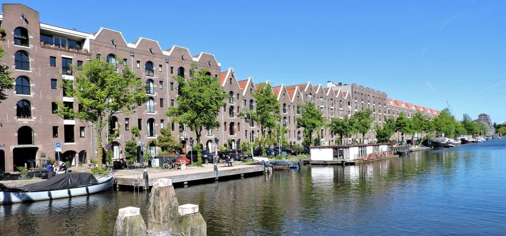 Het Entrepotdok is zeker één van de mooiste grachten in het oosten van Amsterdam