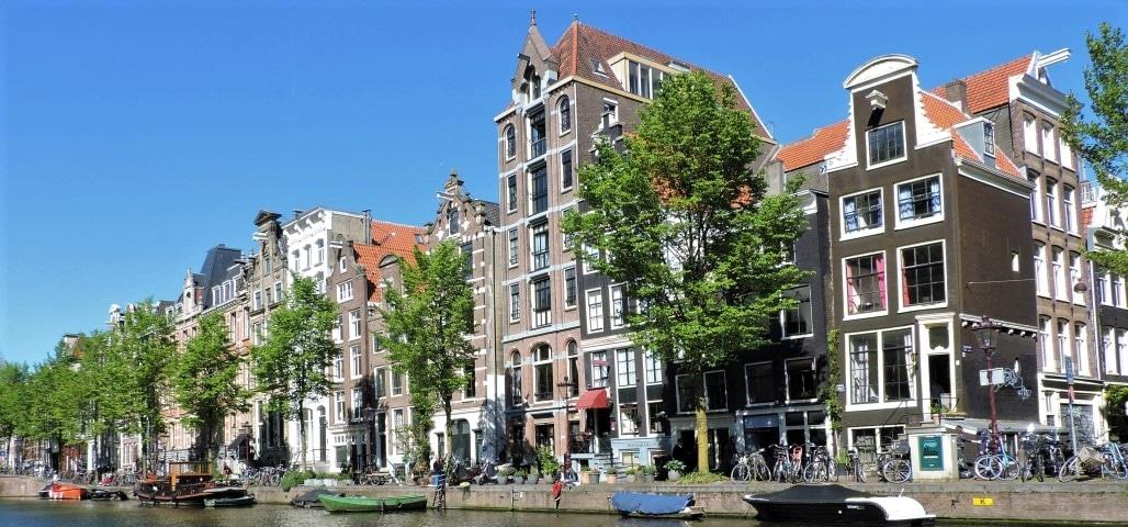 De Herengracht in Amsterdam met prachtige grachtenpanden aan het water