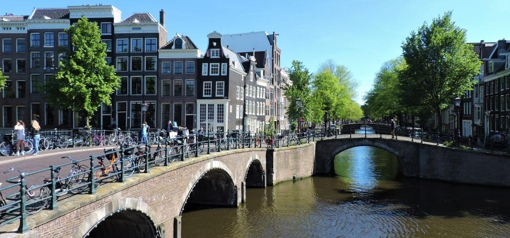 De Reguliersgracht met zijn zeven bruggen op een rij in Amsterdam