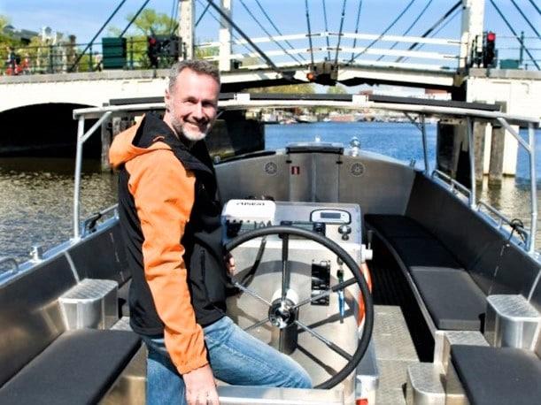 Bootverhuur inclusief schipper op de Amsterdamse grachten