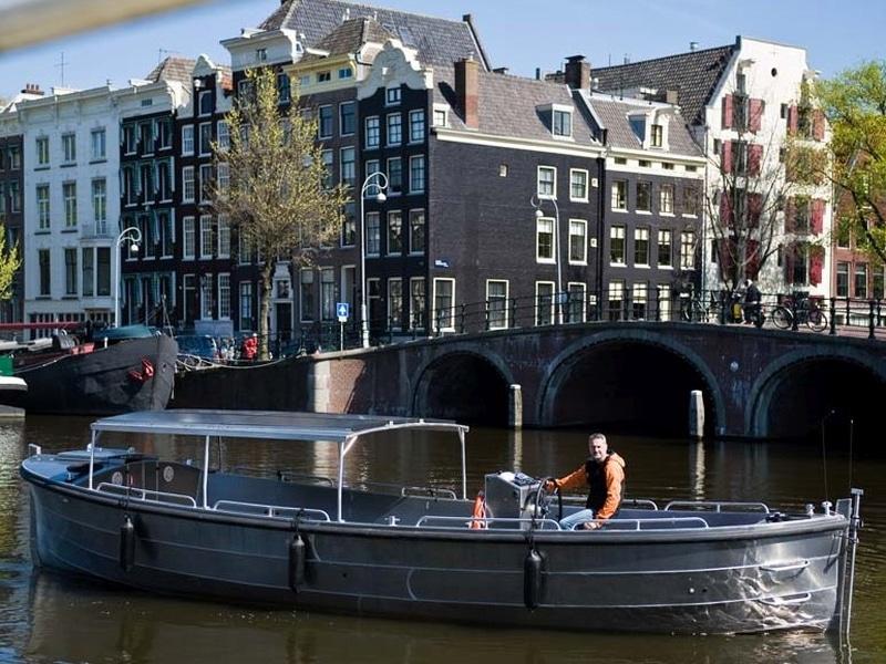 Sloep huren in Amsterdam met een grote groep met kapitein
